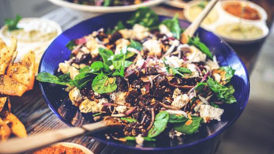 Heidelbeersoße auf Spinat-Champignon Salat