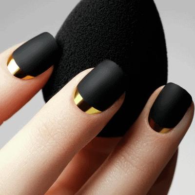 schwarze Nägel mit Gold Verzierung