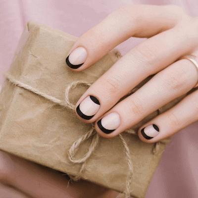 schwarze French Nägel für den Herbst